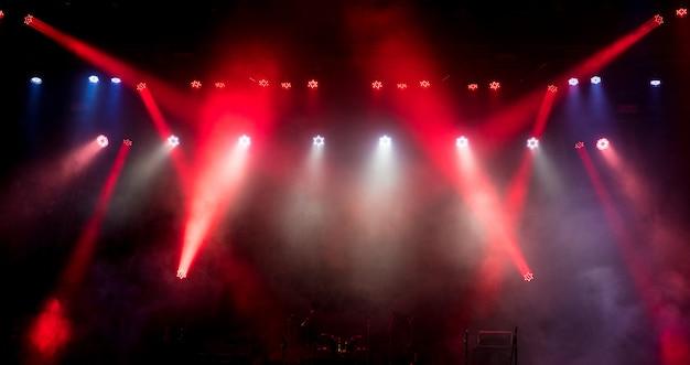 Światło Na Pustej Scenie Przed Koncertem. Premium Zdjęcia