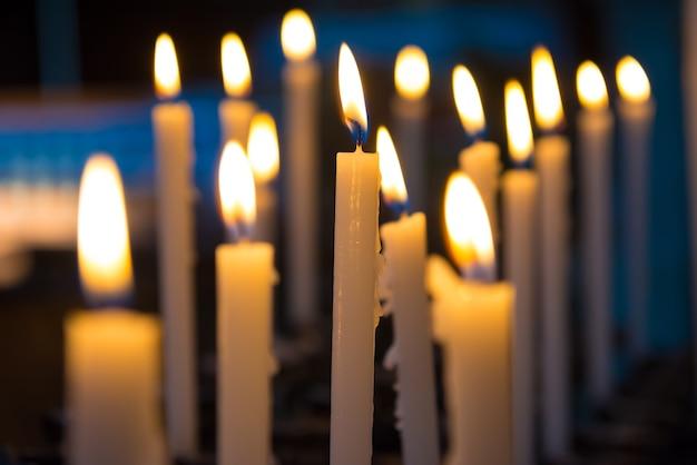 Światło świec W Kościele Na Czarnym Tle Premium Zdjęcia