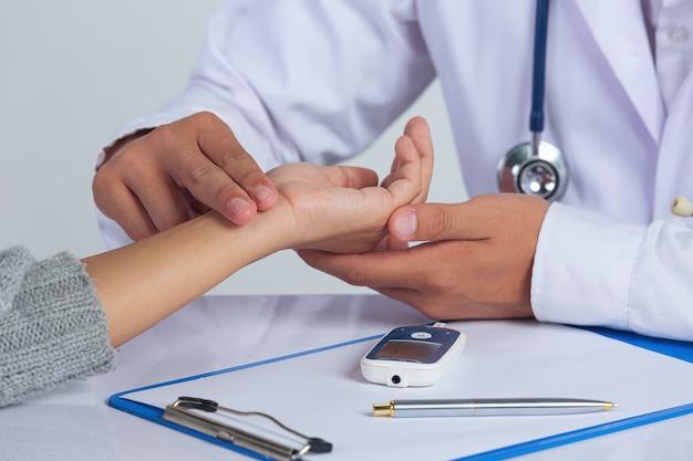 Światowy Dzień Cukrzycy; Lekarz Sprawdzający Tętno Pacjenta Darmowe Zdjęcia