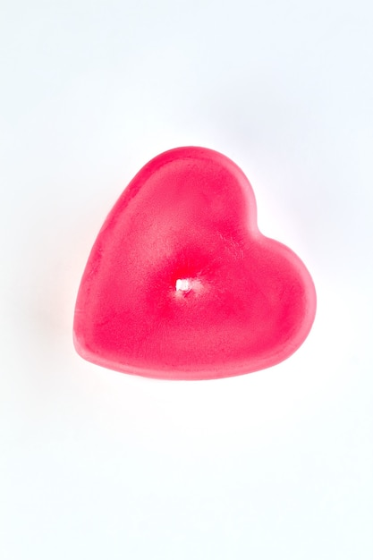 Świeca W Kształcie Czerwonego Serca, Widok Z Góry. Czerwona świeca W Kształcie Serca Na Białym Tle Do Dekoracji Walentynki. Premium Zdjęcia