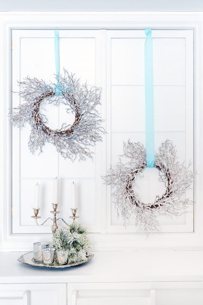 Świece W Metalowym świeczniku I świąteczne Wieńce. Premium Zdjęcia