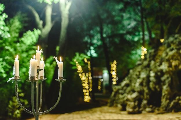 Świece Zapalone Do Oświetlenia Ogrodu Podczas Kolacji W Nocy. Premium Zdjęcia