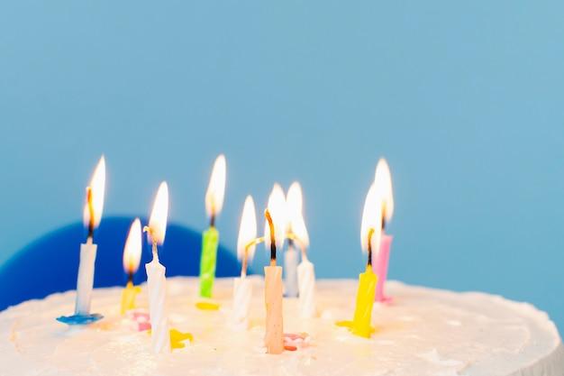 Świeczki na urodzinowym torcie z bliska Darmowe Zdjęcia