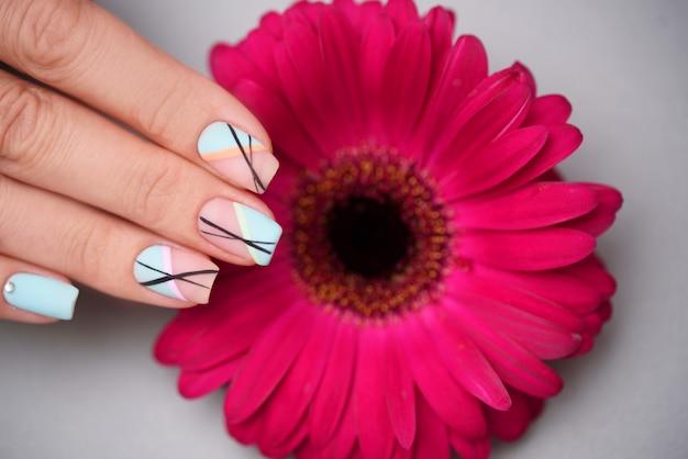 Świetny Manicure Z Kwiatkiem W Salonie Piękności, Z Bliska Premium Zdjęcia