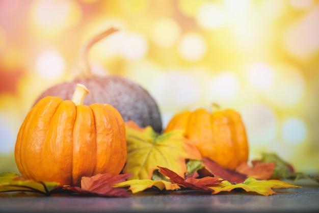 Święto dziękczynienia i jesienna dekoracja i jasnego tła świąteczny bokeh, ustawienie jesiennego stołu z dyniami na wakacje halloween Premium Zdjęcia