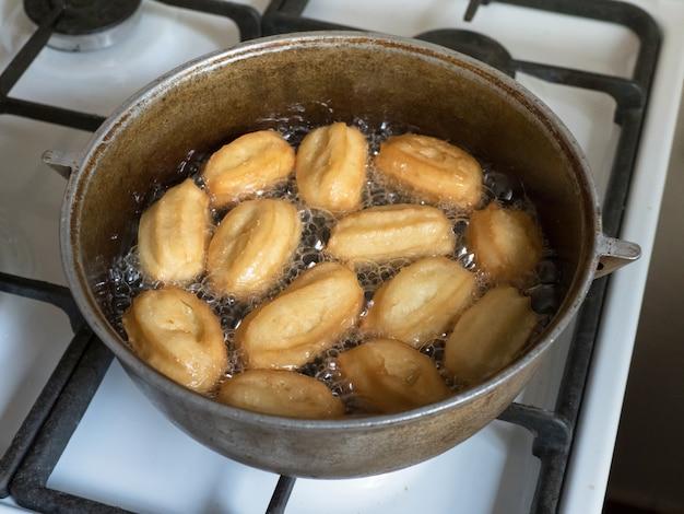 Święto Gotowania Arabskich Słodyczy Eid Ramadan. Tradycyjny Turecki Deser Tulumba - Tulumba Tatlisi. Premium Zdjęcia