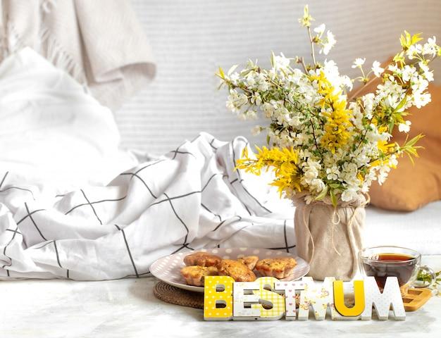 Święto Matki, Przytulna Kompozycja Z Kwiatami Premium Zdjęcia