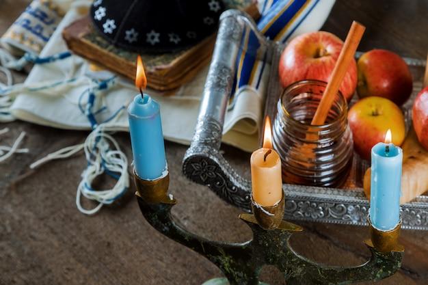 Święto Rosz Haszana, Miód I Jabłka Z Granatem I świecami Na Prayer Shawl Tallit Premium Zdjęcia