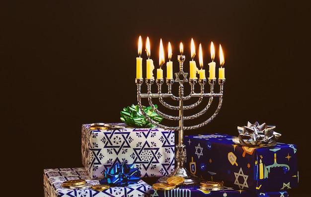 Święto żydowskie Chanuka Z Menorą Na Festiwalu Premium Zdjęcia