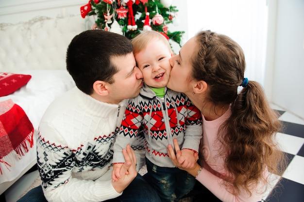 Świętowanie, Rodzina, Wakacje I Urodziny Koncepcja - Szczęśliwego Nowego Roku Rodziny. Premium Zdjęcia
