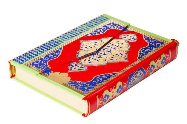 Święty koran na białym Premium Zdjęcia