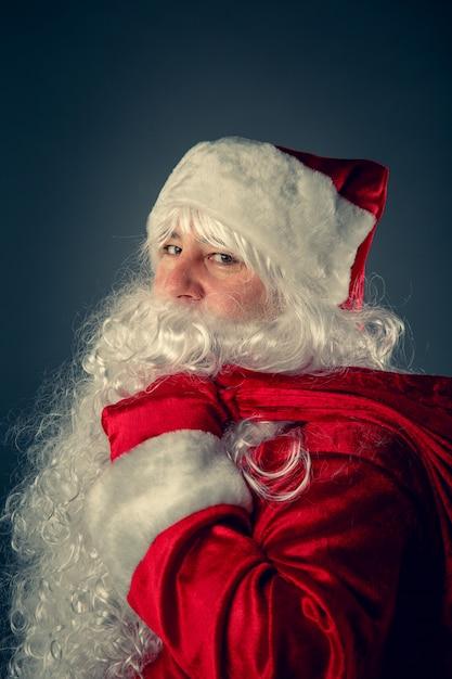 Święty mikołaj niesie prezenty. Premium Zdjęcia
