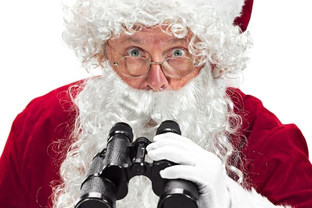 Święty Mikołaj Z Luksusową Białą Brodą, Czapką świętego Mikołaja I Czerwonym Kostiumem Na Białym Tle Na Białym Tle Z Lornetką Darmowe Zdjęcia