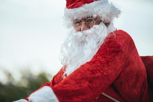 Święty Mikołaj Z Prezentami W Rowerze. Czas świąt Premium Zdjęcia