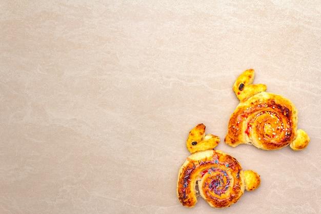 Świeża Bułka W Formie Króliczka Wielkanocnego. Koncepcja świątecznej Piekarni Dla Dzieci. Na Powierzchni Kamienia, Miejsce, Widok Z Góry. Premium Zdjęcia