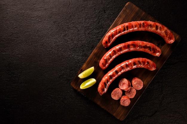 Świeża Grillowana Kiełbasa Pepperoni. Kiełbasa Pepperoni Z Grilla Na Desce. Widok Z Góry. Premium Zdjęcia