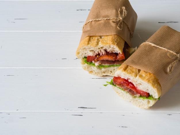 Świeża Kanapka Z Bagietką Z Mięsem, Serem W Plasterkach, Pomidorami I świeżą Sałatą Premium Zdjęcia