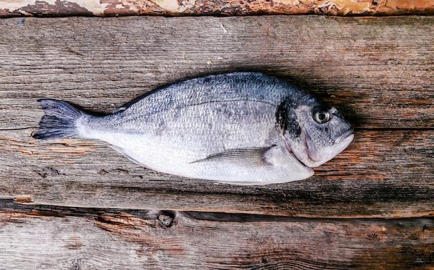 Świeża Ryba Na Drewnianym Stole Darmowe Zdjęcia