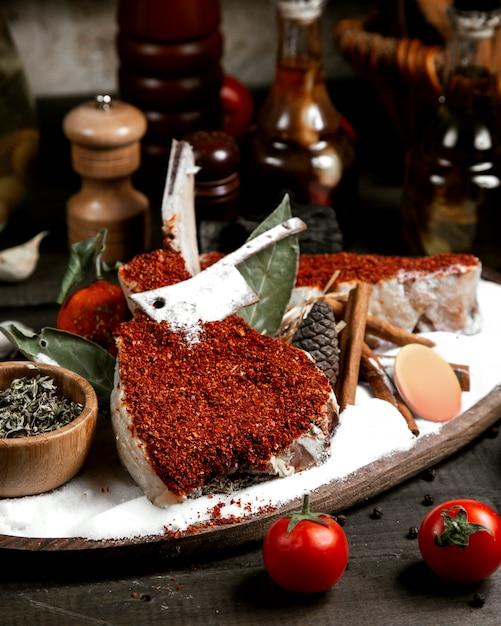 Świeża ryba pod czerwonym pieprzem na stole Darmowe Zdjęcia