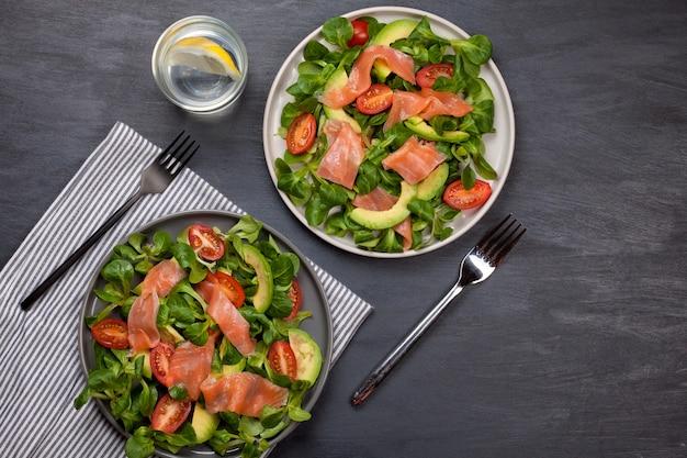 Świeża Sałatka Z łososia, Pomidorów I Awokado Premium Zdjęcia