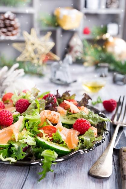 Świeża sałatka z wędzonym łososiem Premium Zdjęcia