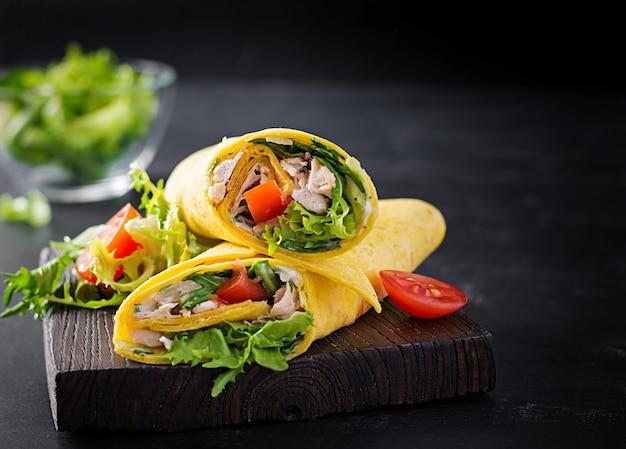Świeża Tortilla Zawija Z Kurczakiem I świeżymi Warzywami Na Desce. Burrito Z Kurczakiem. Kuchnia Meksykańska. Skopiuj Miejsce Premium Zdjęcia