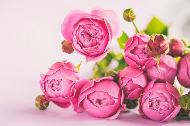 Świeża Wiązka Piękny Różowy Kwiat Róż Bukiet Na Stole, Kopii Przestrzeń Dla Teksta. Premium Zdjęcia