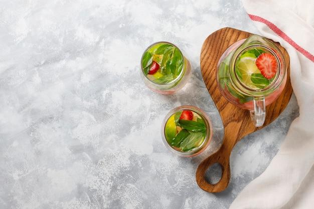 Świeża woda z limonką, truskawkami i miętą, koktajl, napój detoksykacyjny, lemoniada. letnie drinki. pojęcie opieki zdrowotnej. Darmowe Zdjęcia