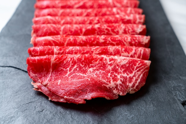 Świeża Wołowina Surowa W Plasterkach O Marmurkowej Fakturze Premium Zdjęcia