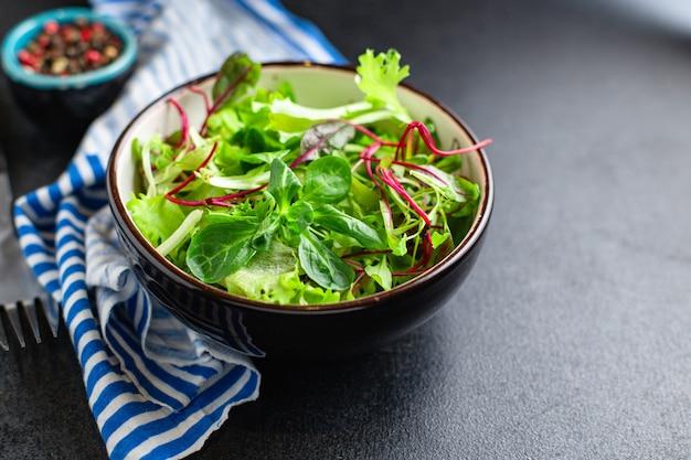 Świeża Zielona Sałata Mix Sałat Soczysta Przekąska Z Mikrogreenów Gotowa Do Spożycia Diety Keto Lub Paleo Premium Zdjęcia