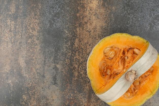 Świeża żółta Bania Na Marmurowej Powierzchni Darmowe Zdjęcia
