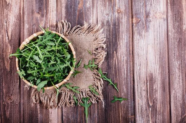 Świeża żywność, zdrowe życie. zielony arugula słuzyć w pucharze na nieociosanym tle Darmowe Zdjęcia