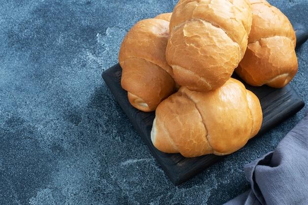 Świeże Bułki Pszenne. Bułki Na Hot Doga Lub Hamburgera. Premium Zdjęcia