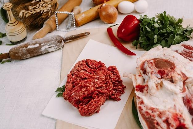 Świeże Czerwone Mięso Mielone Na Tle Mięsa I Przypraw. Premium Zdjęcia