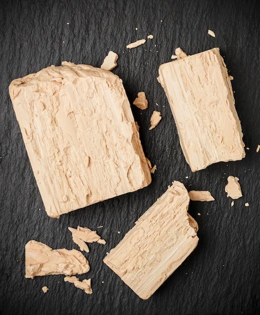 Świeże Drożdże Na Szarym Stole Zbliżenie, Składnik Do Pieczenia Chleba I Produktów Piekarniczych Premium Zdjęcia