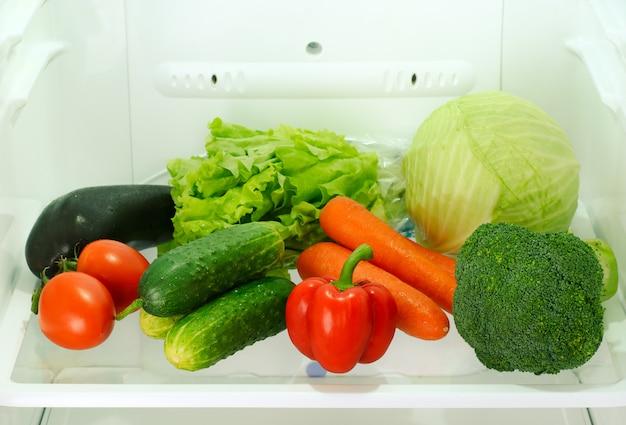 Świeże I Surowe Warzywa W Lodówce Premium Zdjęcia