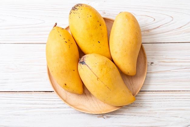 Świeże i złote mango Premium Zdjęcia