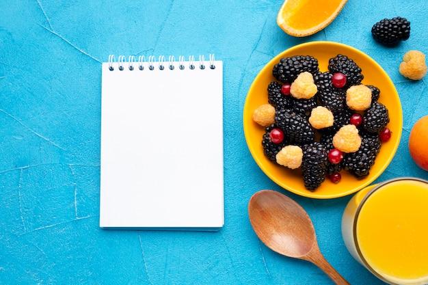 Świeże Jagody I Owoce Z Płaskim Naniesieniem Notatnika Darmowe Zdjęcia