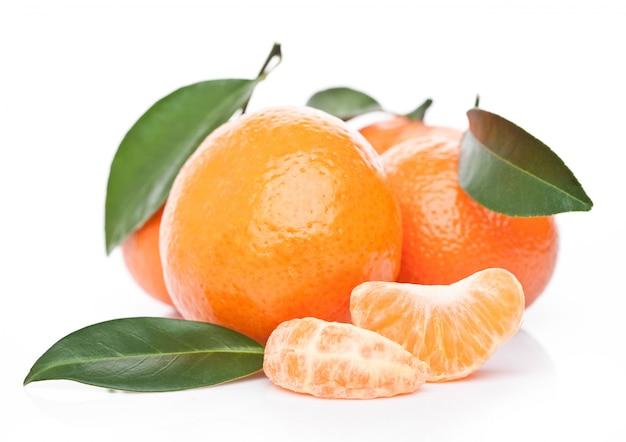 Świeże Organicznie Mandarynek Mandarynek Owoc Z Liśćmi Z Obranymi Połówkami Na Białym Tle Premium Zdjęcia