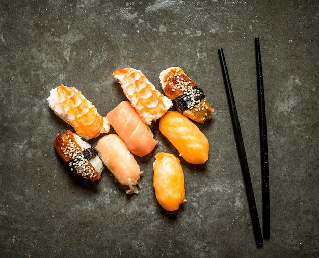 Świeże Owoce Morza Sushi. Na Kamiennym Stole. Premium Zdjęcia