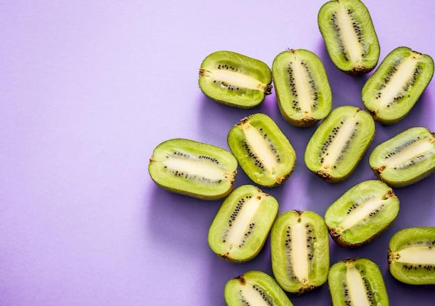 Świeże Połówki Kiwi Na Fioletowym Tle Darmowe Zdjęcia