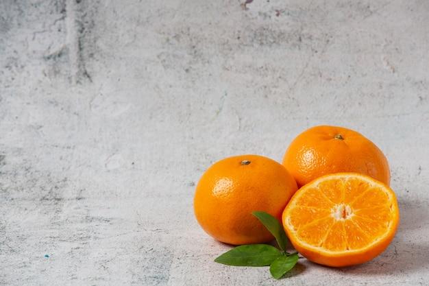 Świeże Pomarańcze Ciąć Na Białym Tle Darmowe Zdjęcia