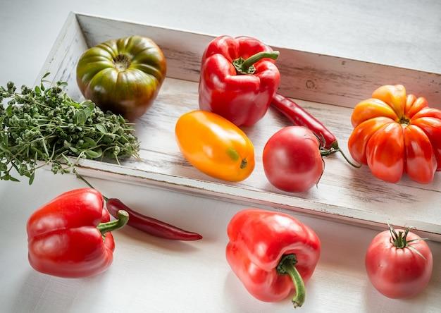 Świeże Pomidory I Papryka Na Drewnianej Tacy Premium Zdjęcia