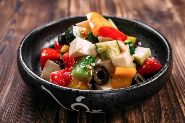 Świeże Sałatki Greckie Warzywa Miska Oliwki Ser Premium Zdjęcia