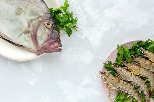Świeże, Surowe Ryby I Krewetki Premium Zdjęcia