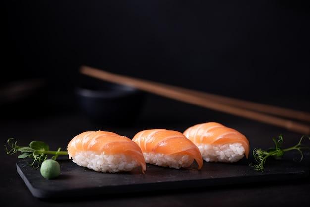 Świeże Sushi Z łososia Na Tablicy Premium Zdjęcia