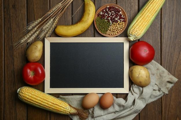 Świeże Warzywa Organiczne, Owoce, Jaja, Fasola I Corns Z Tablicą Na Zabytkowe Drewniane Tabeli Darmowe Zdjęcia