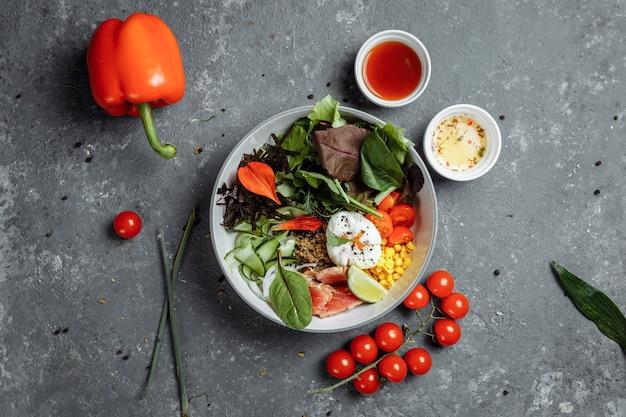 Świeże, Zdrowe, Lekkie śniadanie, Lunch Biznesowy. śniadanie Z Jajkiem W Koszulce, Kaszą Gryczaną, Czerwoną Rybą, świeżą Sałatą, Ogórkami I Pomidorkami Koktajlowymi, Koncepcja Lunchu Biznesowego. Premium Zdjęcia
