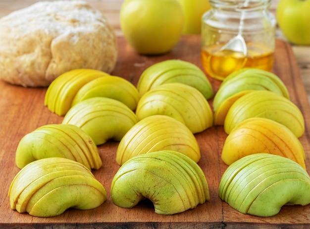 Świeże Zielone Jabłka Pokroić W Plasterki Na Desce Darmowe Zdjęcia