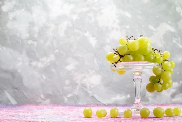 Świeże Zielone Winogrona Całe Kwaśne I Pyszne Owoce Na świetle Darmowe Zdjęcia